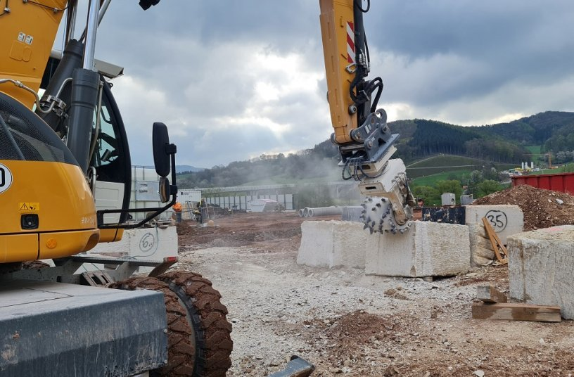 The portal walls are clad with massive Jurassic limestone blocks. Pre-cut blocks were delivered on site and then they were ground to the exact length. <br> Image source: KEMROC Spezialmaschinen GmbH
