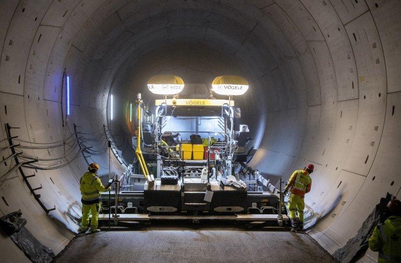 Prädestiniert für Tunnel-Einsätze: Der leistungsstarke und emissionsarme Vögele Fertiger SUPER 2100-3i konnte im Albvorlandtunnel seine Stärken ausspielen.<br>Bildquelle: WIRTGEN GROUP