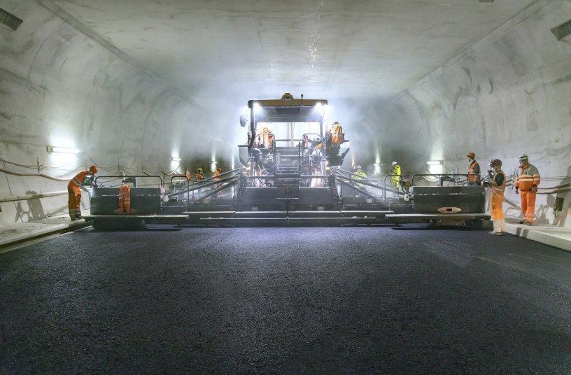 Einbau im breitesten Tunnel der Schweiz: erfolgreiches Großprojekt mit der Maschinentechnik und der Prozessoptimierungslösung WITOS Paving Plus von Vögele <br> Bildquelle: WIRTGEN GROUP
