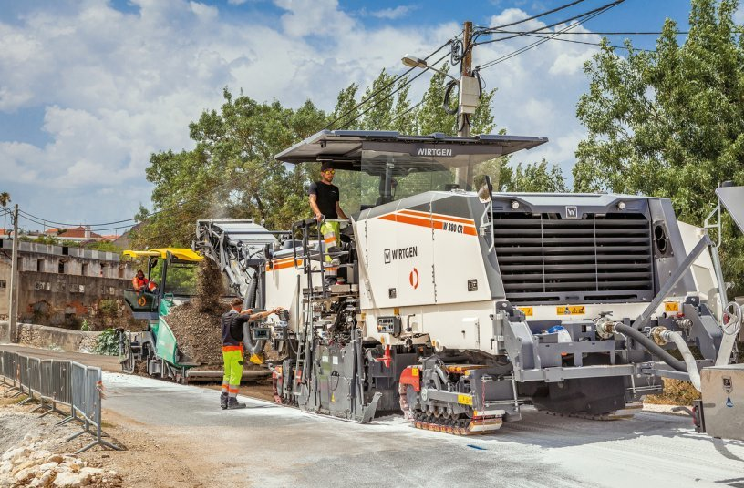 In Monsanto, the powerful Wirtgen W 380 CR with rear loading recycled the pavement to a depth of 16 cm through the addition of foamed bitumen, water and pre-spread lime.<br>Image source: WIRTGEN GROUP