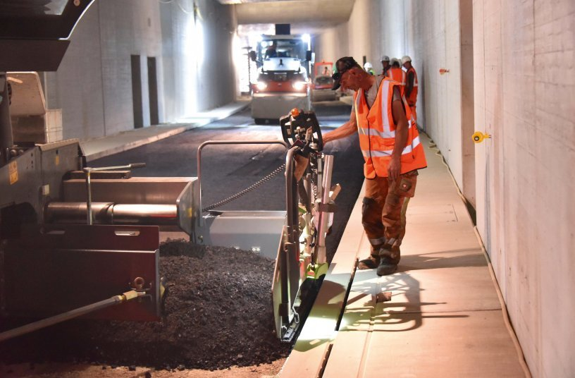 The challenge of low-temperature asphalt: the contractor used Vögele and Hamm machines to build a high-quality, homogeneously compacted carriageway in the Karlsruhe road tunnel.<br>Image source: WIRTGEN GROUP