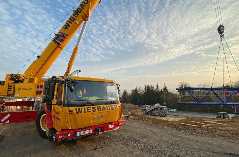 Der neue GMK5150L der Wiesbauer GmbH & Co. KG bei seinem zweiten Einsatz, einen Baukran (Potain MDT 178) bei 18,0 m Ausladung aufzubauen.