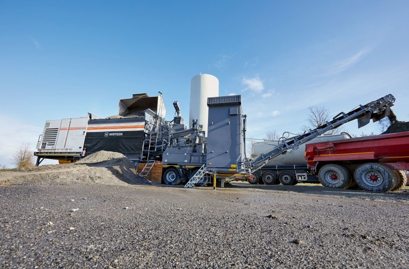 The Wirtgen KMA 240(i) cold recycling mixing plant is capable of processing a wide variety of base materials, such as recycled construction materials, RAP, concrete demolition waste, and new road construction materials, as well as binding agents such as cement, emulsion, or foamed bitumen. (Bildquelle: Wirtgen Group)