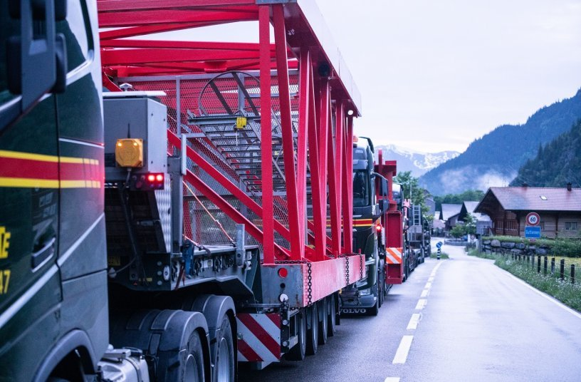 Logistical challenge:  Crane components  were delivered justin-time for the  erection in June by  some 70 trucks via  the Grimsel Pass,  the only access road  to the site.