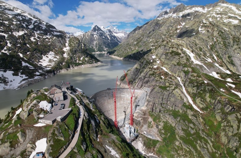 Ready for high alpine use: Two WOLFF 1250 B cranes successfully installed on the new XXL TV 60 Tower Sections at the Swiss Grimsel Pass