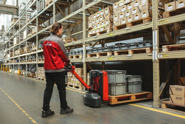 The new pallet truck Linde MT15 is an ideal helper in loading and unloading trucks, last mile delivery, rapid transport in industrial applications and goods handling in supermarkets and stores.