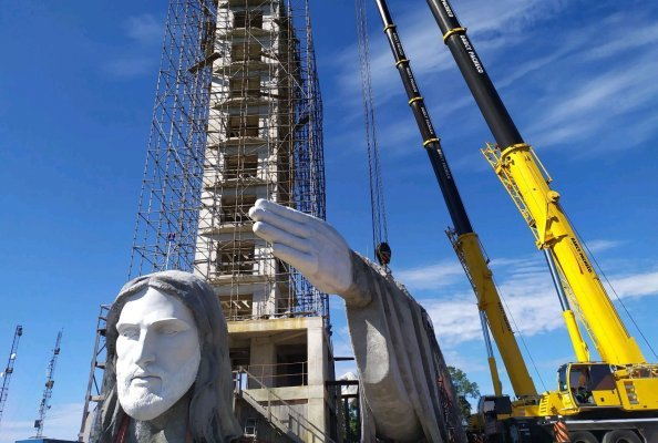 Crane and heavy haulage contractor Darcy Pacheco was awarded the order to erect what is now the largest statue of Christ in  Brazil.