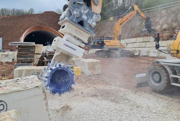 The new A44 autobahn from Kassel to Herleshausen is taking shape. At the eastern portal of the new Trimberg Tunnel, a KEMROC ES 60 HD universal cutter on a wheeled excavator is playing a role.