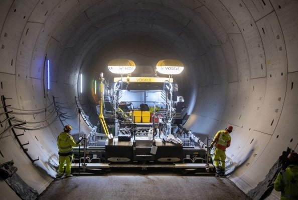 Perfect for projects involving tunnels: the powerful, low-emission Vögele SUPER 2100-3i paver played to its strengths in the Albvorland Tunnel.