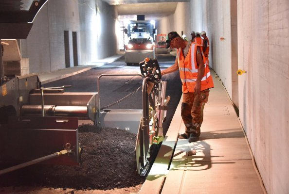 The challenge of low-temperature asphalt: the contractor used Vögele and Hamm machines to build a high-quality, homogeneously compacted carriageway in the Karlsruhe road tunnel.